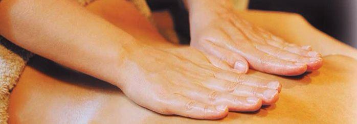 ayurvedische massage-abhyanga-masserende-handen