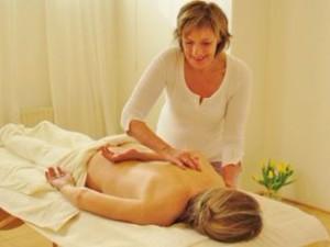 ayurvedische massage ishwari handen rug