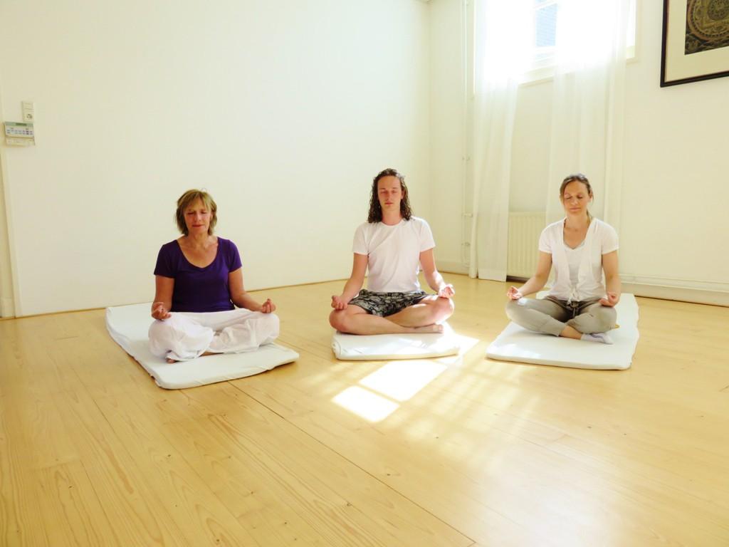 Ishwari, Daniël en Rachel in meditatie.